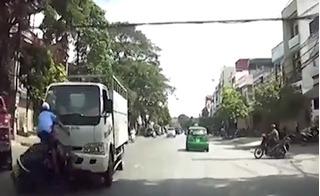 Hoảng sợ xem clip xe máy lấn làn, bị ô tô hất tung lên trời ở Thanh Hóa
