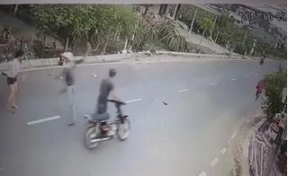 Hãi hùng xem clip cô gái tông xe vào tên cướp, giằng lại túi xách ở Phan Thiết