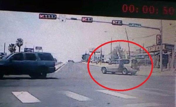 Cửa chiếc xe ô tô bật ra khi bắt đầu rẽ phải. Ảnh: Claudia Alanis