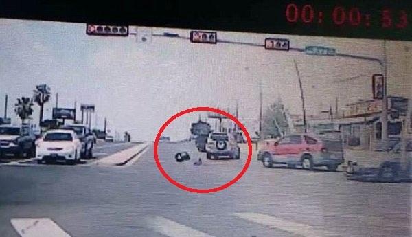 Mẹ không cài dây an toàn, con lăn xuống đường từ xe ô tô. Ảnh: Claudia Alanis