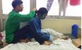 Bức ảnh về chàng trai lóng ngóng tết tóc cho người yêu bị thủy đậu gây bão like mạng xã hội