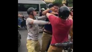 Clip: Anh tây xô xát với hai thanh niên Việt trên phố ở Hà Nội và cái kết