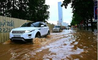 """Hà Nội ngập nặng sau cơn mưa dông, xe máy ô tô """"bơi"""" giữa biển nước"""