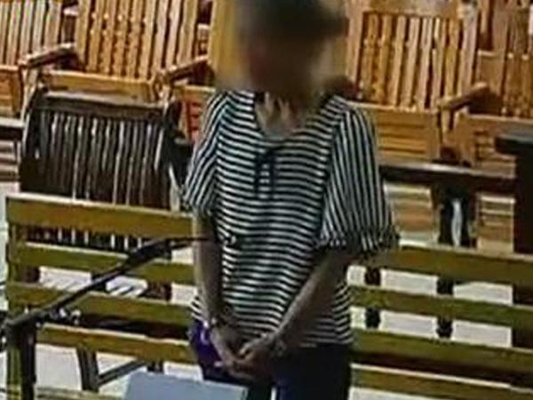 Người vợ cũ ngâm đồ lót chồng vào thuốc trừ sâu tại tòa. Ảnh: Chinanews