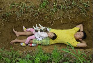 Nuốt nước mắt vào trong, bố đào sẵn huyệt mộ cho con gái sắp chết tập làm quen