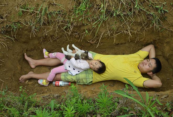 Con gái mắc bệnh hiểm nghèo sắp chết, bố đành đào huyệt cùng con tập nằm. Ảnh: Apple Daily
