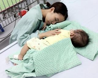 Người mẹ trẻ bị gia đình chồng ruồng bỏ vì không phá thai đôi lâm vào cảnh khốn cùng