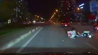 Clip xe máy kẹp ba, tạt đầu ô tô giữa phố Hà Nội và cái kết đắng