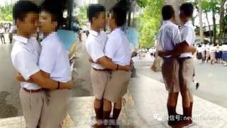 Hai nam sinh hôn nhau cả trăm lần giữa đám đông vì... đánh lộn