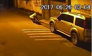Sốc khi xem clip tài xế Grab trộm gương xe hơi trong tích tắc