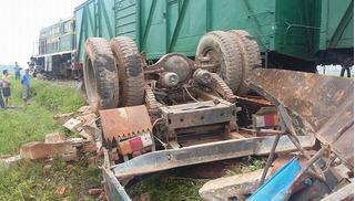 Tai nạn đường sắt kinh hoàng khiến tài xế tử vong