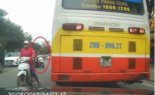 Clip dàn cảnh liều lĩnh cướp túi xách giữa ban ngày ở Hà Nội