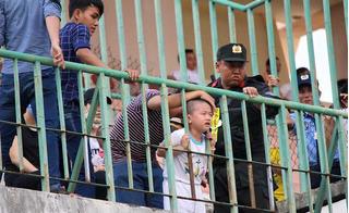 Bé trai khổ sở vì kẹt đầu vào lan can sân vận động Cao Lãnh