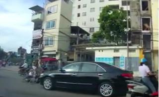 Clip vạch mặt kẻ gian ăn vạ ô tô ngay giữa phố Hà Nội