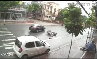 Clip mở cửa ô tô không quan sát khiến xe máy ngã văng ra đường