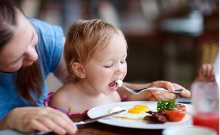 5 thực phẩm phải có trong thực đơn của trẻ dưới 1 tuổi ăn để con thông minh và ít ốm vặt
