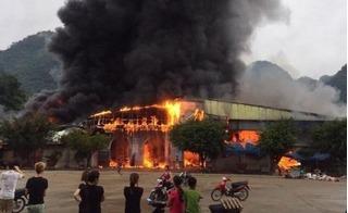 Clip chợ Tân Thanh cháy rụi trong biển lửa, tiểu thương đau đớn