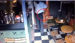 Clip người đàn ông trộm điện thoại nhanh như chớp tại quán cafe ở Hà Nội