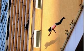 Đi nghỉ dưỡng với chồng con, nữ du khách lao mình khỏi tầng 4 khách sạn tự tử