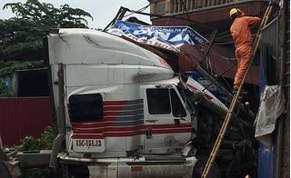 Đang lưu thông trên đường, xe container mất lái đâm sập cổng nhà dân