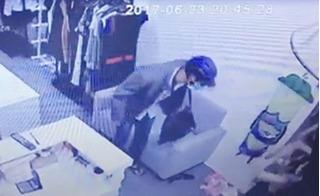 Clip tên cướp liều mạng cầm dao xông vào shop quần áo ở TP.HCM
