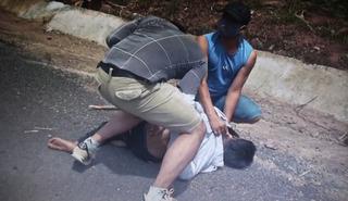 Nghẹt thở xem clip công an vây bắt, tước súng kẻ buôn ma túy tại Quảng Trị