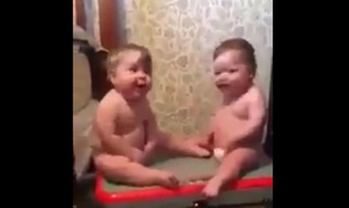 Clip hai bé sinh đôi thích thú ngồi máy tập thể dục đốn tim triệu người xem