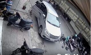 Clip mở cửa ô tô vô ý làm hai xe máy ngã
