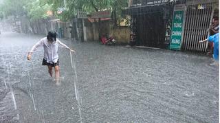 Ảnh hưởng cơn bão số 2: Hà Nội mưa lớn, nhiều tuyến phố chìm trong biển nước