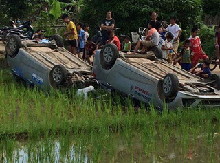 Thông tin mới nhất liên quan đến vụ 2 ô tô bị người dân lật dưới ruộng