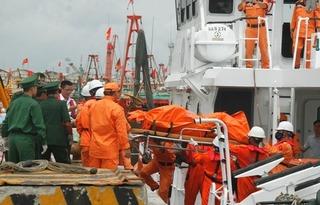 Đội cứu hộ vừa tìm thấy thêm một thi thể của thuyền viên mất tích trong vụ chìm tàu ở Nghệ An