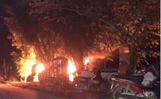 Người dân giữ người, đốt xe Fortuner vì nghi... bắt cóc trẻ em