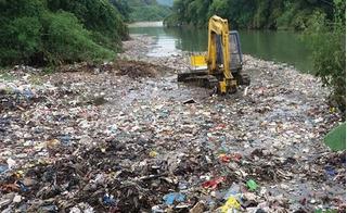 Hàng chục tấn rác đổ thẳng xuống suối, chính quyền địa phương nói gì?