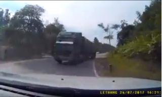 Clip khoảnh khắc xe tải vượt ẩu, ép đối phương sát lề ngay khúc cua hiểm