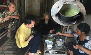Bữa ăn với nồi canh mướp loãng của 2 vợ chồng cựu TNXP già cùng bầy con điên dại