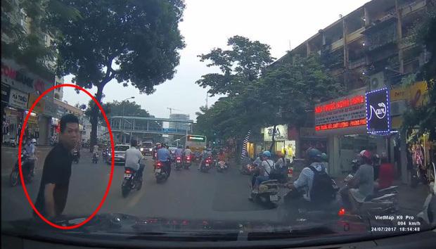 Dàn cảnh ăn vạ xe ô tô ở Hà Nội
