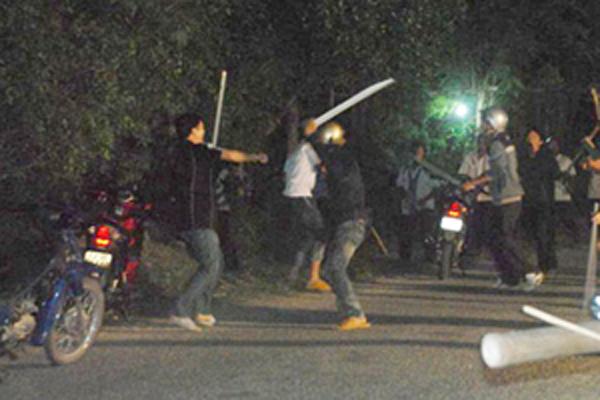 hai nhóm thanh niên hỗn chiến