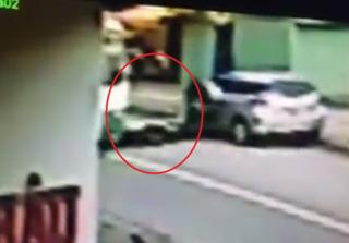 Clip ô tô mở cửa bất cẩn, cô gái bị xe buýt cán tử vong ở Bình Dương