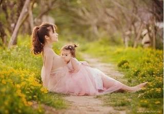 Bộ ảnh mẹ và con gái xinh như thiên thần, đẹp đến nỗi khiến ai cũng muốn có một cô con gái