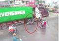 Clip container đi ẩu đẩy mô tô ngã ra đường ở TP.HCM khiến nạn nhân cận kề cái chết