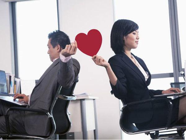 Tình yêu công sở không nên ảnh hưởng tới công việc. Ảnh minh họa