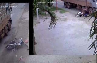 Clip khoảnh khắc ô tô tải quệt xe máy văng ra đường rồi bỏ chạy ở Phú Yên