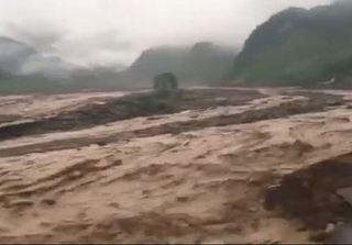 Clip lũ ống đổ ập về Sơn La, nhiều người chết và mất tích