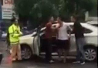 Clip tài xế ô tô dùng gậy golf đánh cảnh sát giao thông Hà Nội