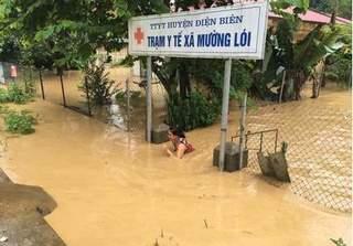 Lũ ống đổ về, nước dâng cao tận nóc nhà ở Điện Biên