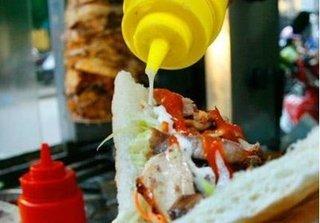 Phát hoảng với  công nghệ chế biến bánh mỳ Doner Kebap: Thịt bảo quản trong nhà vệ sinh