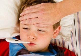 Giữa tâm bão dịch sốt xuất huyết, mẹ nhất định phải biết 5 sai lầm khi hạ sốt cho con