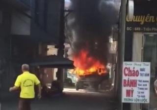 Clip xe tải ở Quảng Ninh bốc cháy ngùn ngụt: Toàn bộ cabin bị thiêu rụi