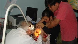 Bác sĩ vạch rõ những sai lầm thường gặp của các mẹ khi trẻ sốt