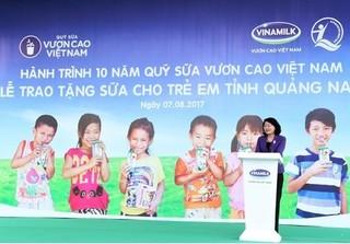 Vinamilk khởi động hành trình trao tặng 46.500 ly sữa cho trẻ em Quảng Nam